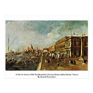 Un embarcadero en Venecia con la librería que hace Tarjeta Postal