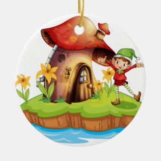 Un enano fuera de una casa de la seta adorno navideño redondo de cerámica
