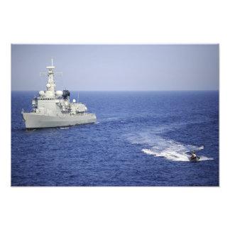 Un equipo portugués de la marina de guerra en un b impresion fotografica
