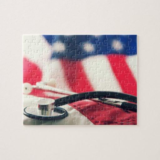 Un estetoscopio médico con una bandera americana puzzle con fotos
