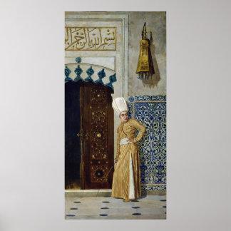 Un eunuco antes de la puerta del harem posters