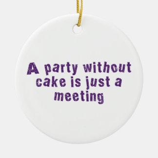 Un fiesta sin la torta es apenas una reunión adorno navideño redondo de cerámica