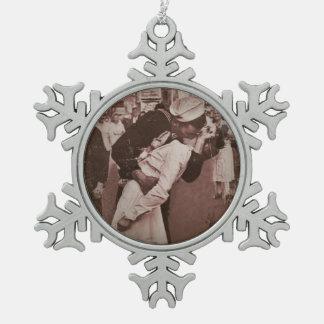 Un final del beso de la guerra adorno de peltre en forma de copo de nieve