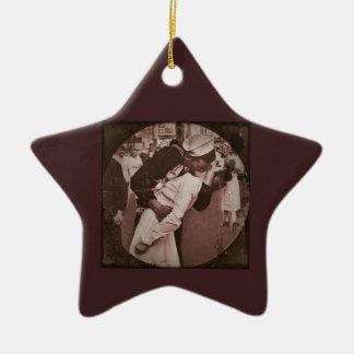 Un final del beso de la guerra adorno navideño de cerámica en forma de estrella