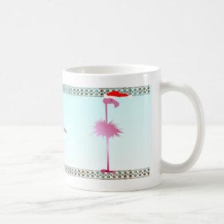 Un flamenco rosado del navidad taza clásica