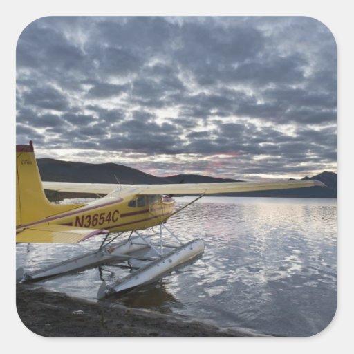 Un floatplane en el lago escénico 2 Takahula Pegatina Cuadrada