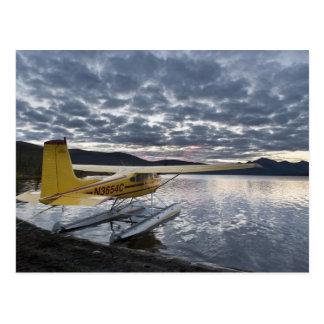Un floatplane en el lago escénico 2 Takahula Postal