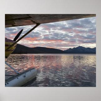 Un floatplane en el lago escénico Takahula Póster