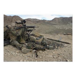 Un fusilero marino proporciona seguridad cojinete
