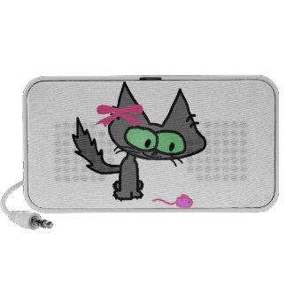 Un gatito lindo con un ratón rosado del juguete mp3 altavoces