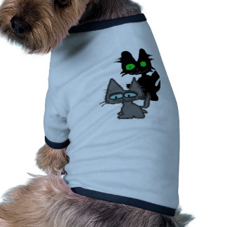 Un gatito negro quiere jugar camisa de perro