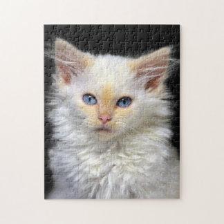 Un gatito siamés poner crema con los puntos rojos rompecabezas