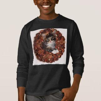 Un gatito y una guirnalda del cono del pino polera