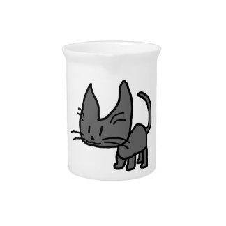 Un gato mira fijamente de… jarra
