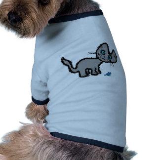 Un gato mira mientras que juega camisas de perritos