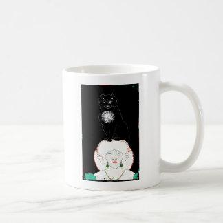 Un gato negro en su cabeza taza