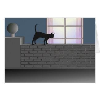 Un gato negro en una pared de ladrillo tarjeta de felicitación