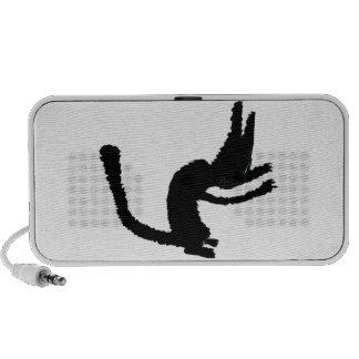 Un gato negro muestra sus garras iPod altavoces