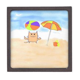 Un gato que se divierte en la playa cajas de recuerdo de calidad