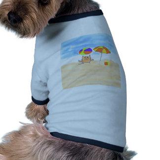 Un gato que se divierte en la playa camisetas mascota