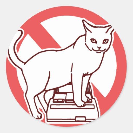 Un gato reajusta un ordenador en Japón Pegatinas Redondas