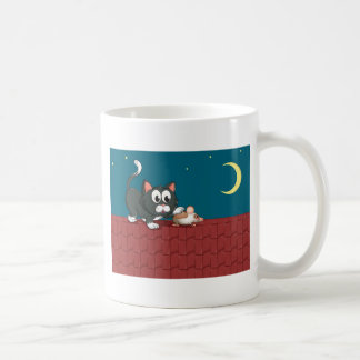 Un gato y un ratón en el tejado taza básica blanca
