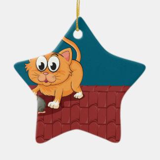 Un gato y una rata en el tejado adorno navideño de cerámica en forma de estrella
