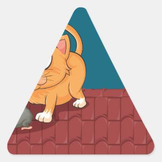 Un gato y una rata en el tejado pegatina triangular