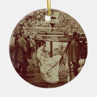 Un geisha que es llevado adentro una litera (foto adorno redondo de cerámica