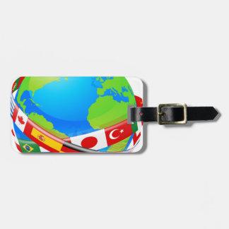 Un globo de la tierra con las banderas de países etiquetas para maletas