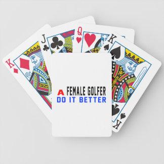 Un golfista de sexo femenino mejora baraja cartas de poker