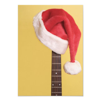 """Un gorra de Santa cuelga en una guitarra acústica Invitación 5"""" X 7"""""""