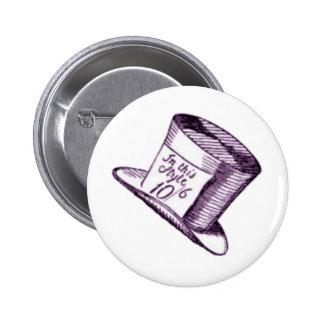 Un gorra enojado del sombrerero con el tinte púrpu pin redondo de 2 pulgadas