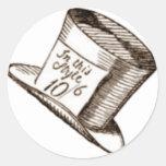Un gorra enojado del sombrerero en sepia pegatina redonda