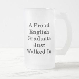 Un graduado orgulloso del inglés acaba de caminar  tazas de café