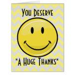 Un gran gigante grande de la sonrisa le agradece tarjeta de felicitación grande