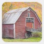 Un granero en las montañas verdes de Vermont. Hanc Pegatinas Cuadradases