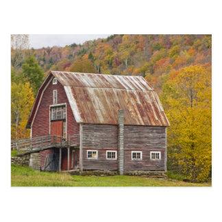 Un granero en las montañas verdes de Vermont. Postal