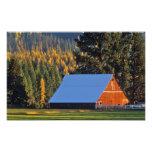 Un granero rojo cultivado construyó en 1911 cerca  arte con fotos