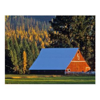 Un granero rojo cultivado construyó en 1911 cerca tarjeta postal