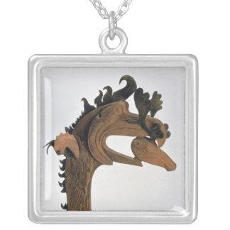 Un grifo que sostiene un ciervo en su pico colgante