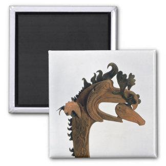 Un grifo que sostiene un ciervo en su pico imán de nevera