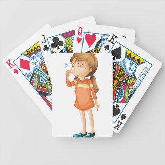 Un griterío de la niña baraja cartas de poker