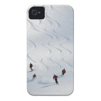 Un grupo de esquiadores backcountry sigue su guía funda para iPhone 4