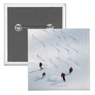 Un grupo de esquiadores backcountry sigue su guía pin cuadrado