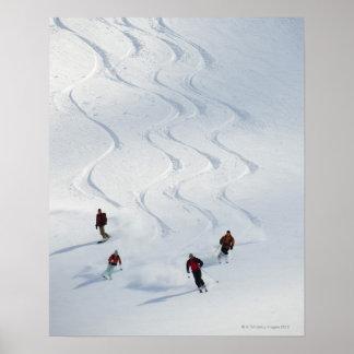 Un grupo de esquiadores backcountry sigue su guía póster