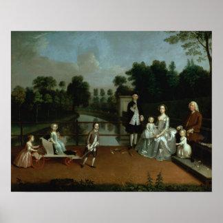 Un grupo de la familia en una terraza en un jardín póster