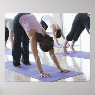 un grupo de mujeres que practican yoga en un brill póster
