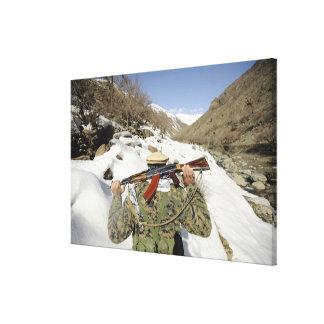 Un guardia de Mujahadeen camina con el membe de Impresiones De Lienzo