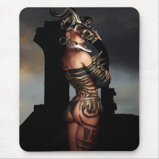 Un guerrero se coloca solamente mouse pad